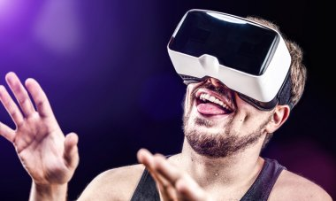 Man uses Virtual Realitiy VR head-mounted display