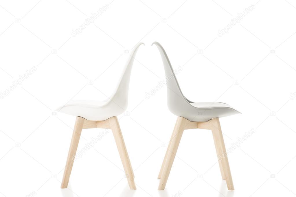 Sedie Bianche Eleganti : Back to back sedie eleganti su priorità bassa bianca u foto stock
