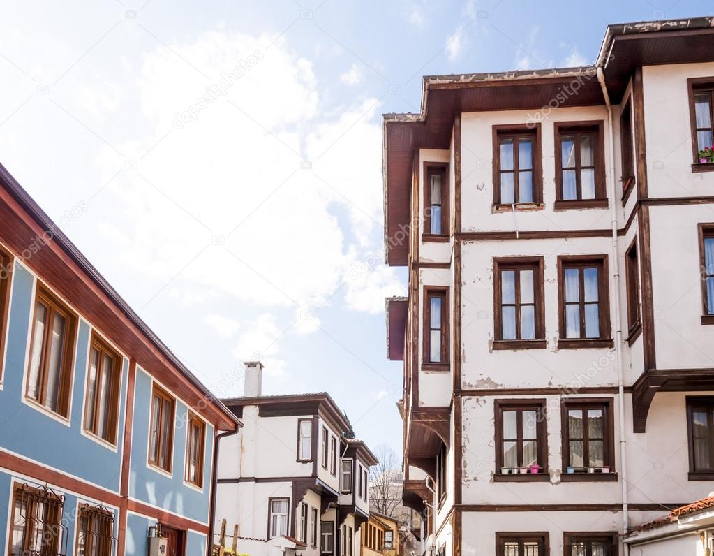 Base in legno architettura in stile ottomano in una strada for Architettura in stile cottage