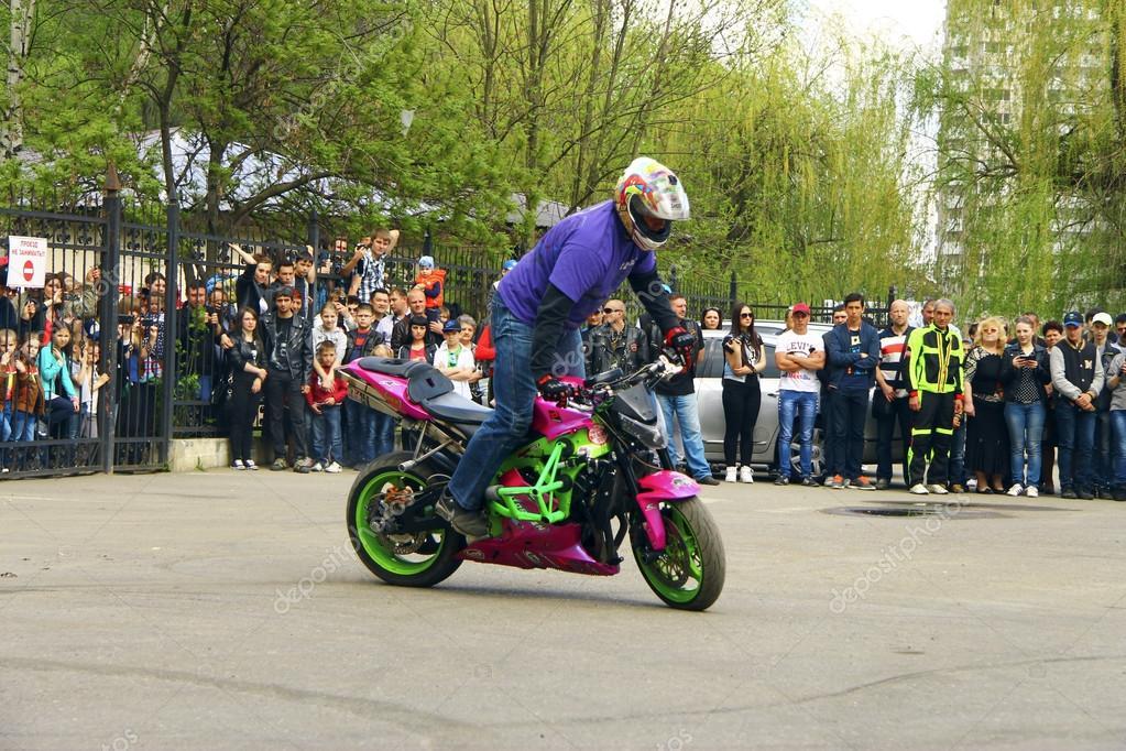 Motofree moto free style pilot stunting on the square – stock editorial photo