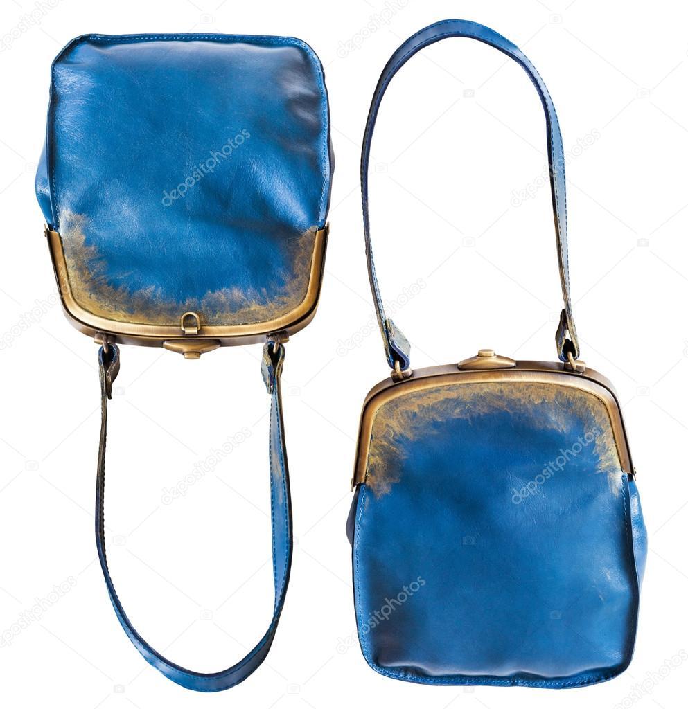 9ccb05f8e Od dvou uzavřených modré kožené večerní kabelky izolovaných na bílém pozadí  — Fotografie od ...
