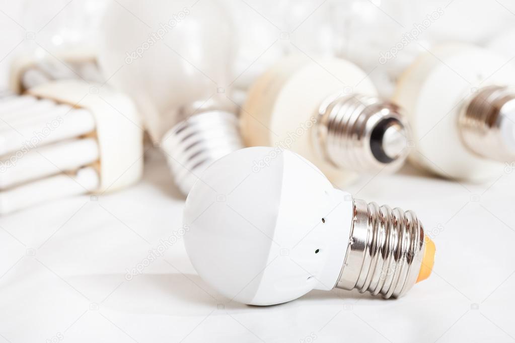 Lampade A Globo A Risparmio Energetico : Lampada led e diverse vecchie lampadine risparmio energetico
