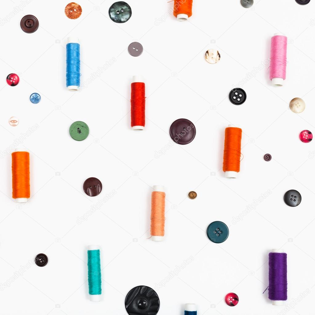 carretes de hilo de coser y botones diferentes — Foto de stock ...
