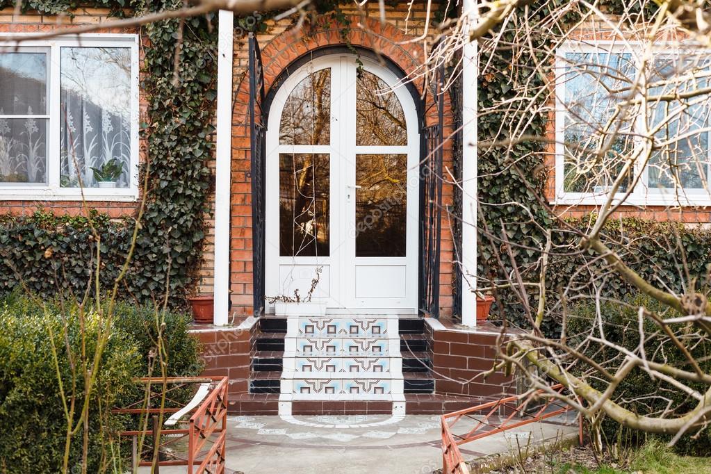 Le Porche De La Maison porche et la porte de la maison de campagne — photographie vvoennyy