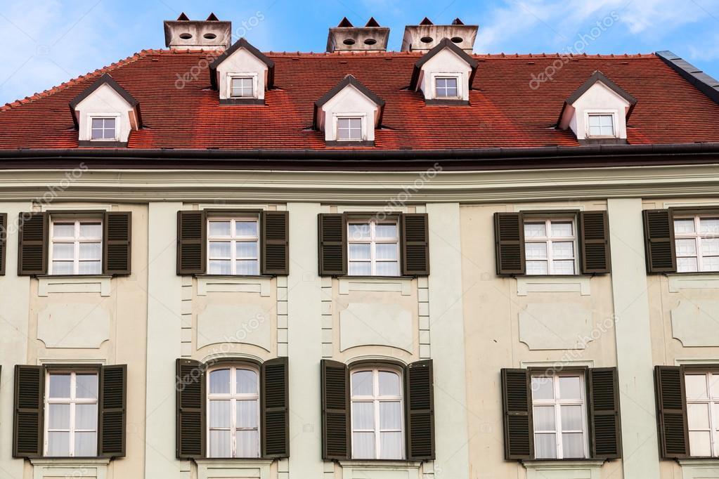 Gevel van de oude huis in main square in bratislava u stockfoto