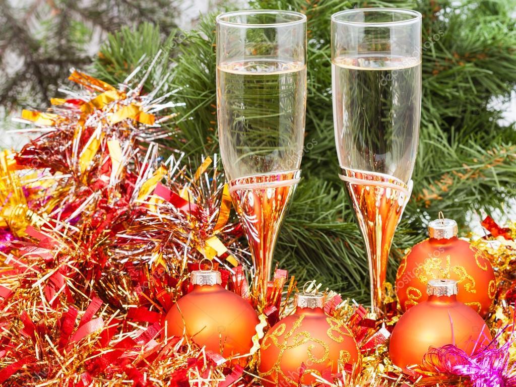 Zwei Gläser mit gold Weihnachten Dekorationen und Baum 4 — Stockfoto ...