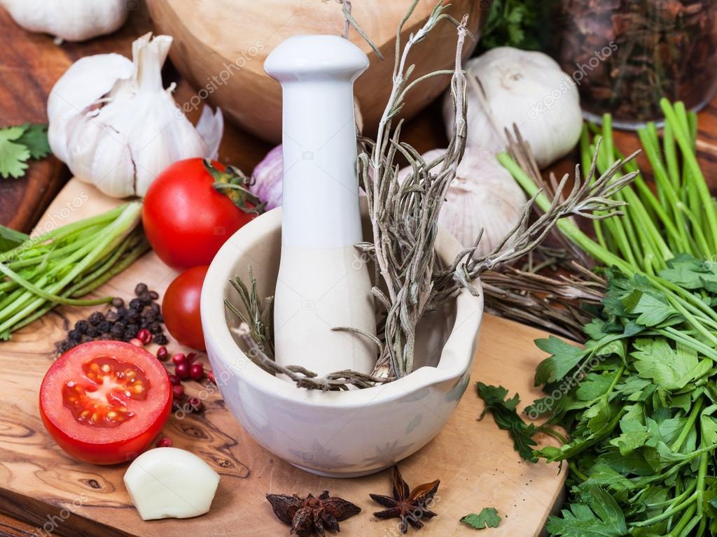 cocina condimentos mortero de cermica con mortero y hierbas y especias de mesa u foto de vvoennyy