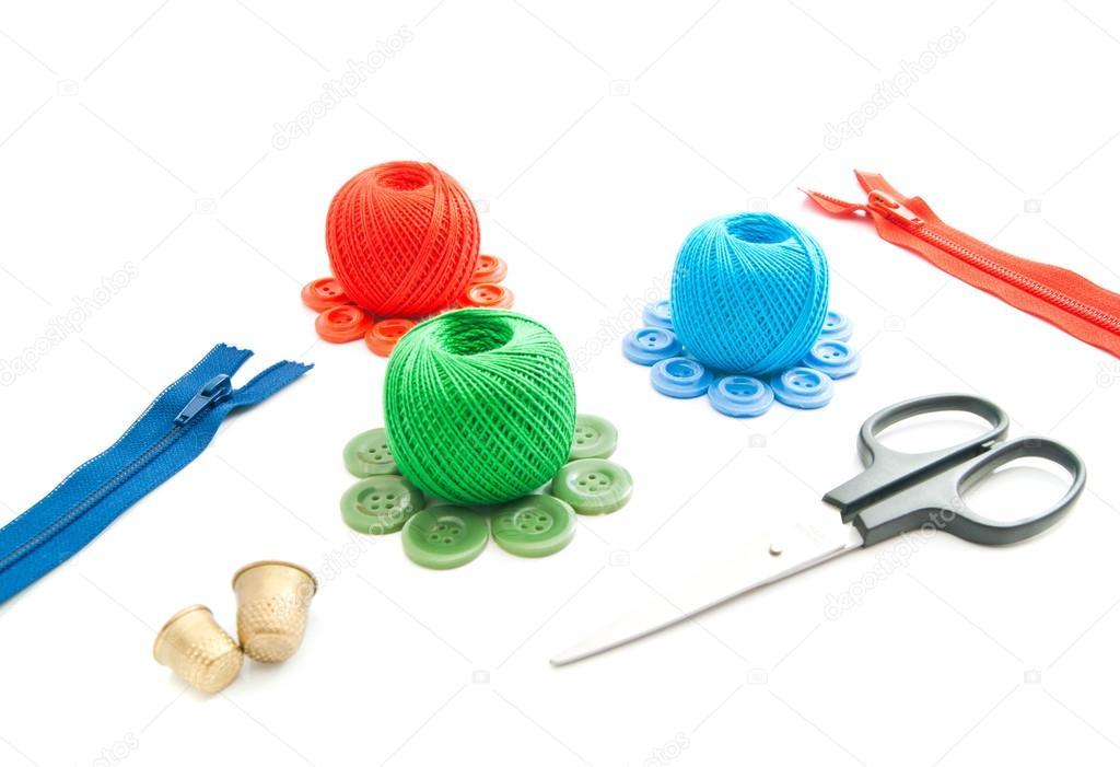 Dedales, tijeras, carretes de hilo, cremallera y botones — Foto de ...