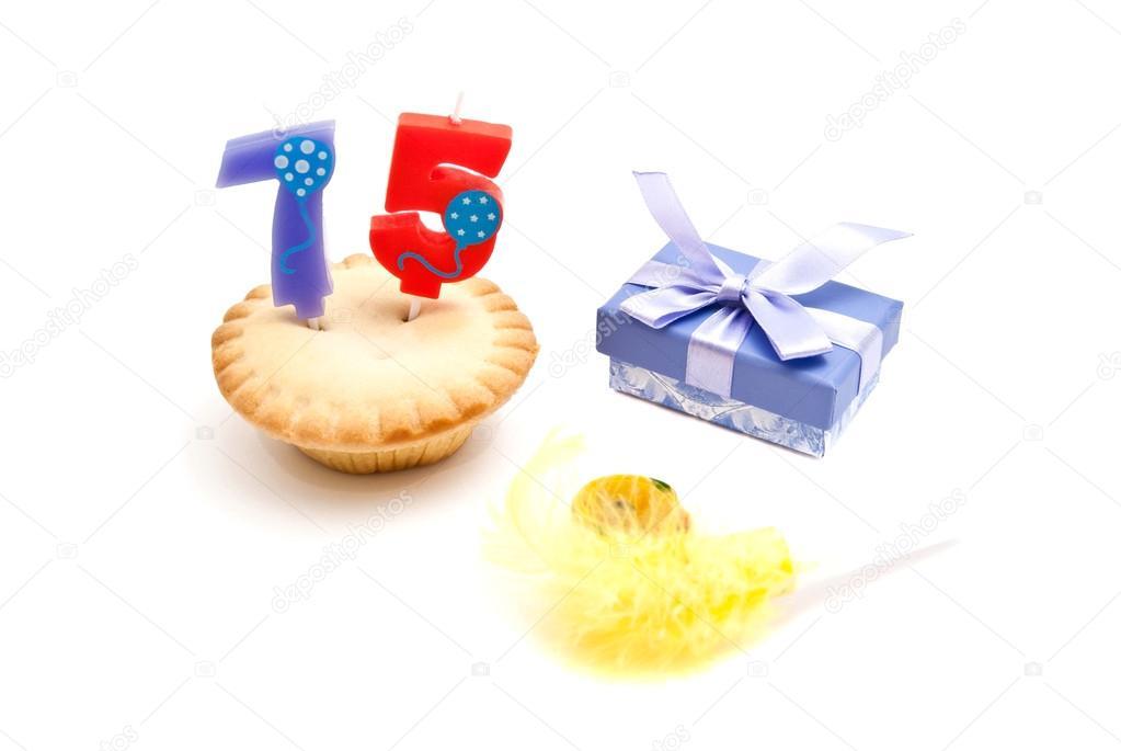 75 éves születésnapi ajándék Cupcake 75 éves a születésnapot gyertya, ajándék és whistl — Stock  75 éves születésnapi ajándék