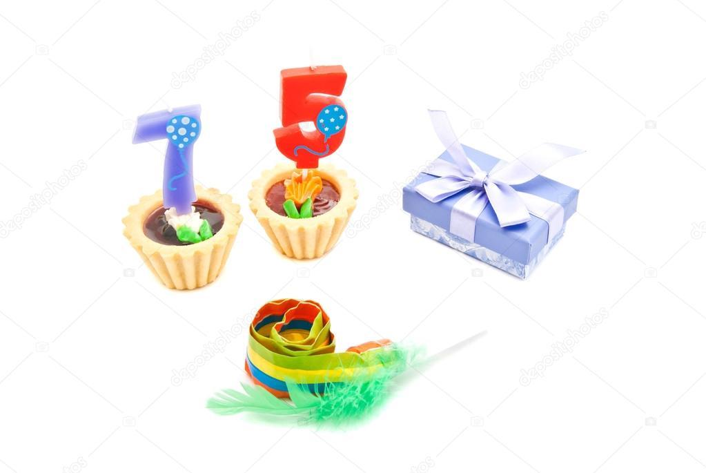 75 éves születésnapi ajándék a 75 éves születésnapi gyertyák, whistle és ajándék sütemény  75 éves születésnapi ajándék