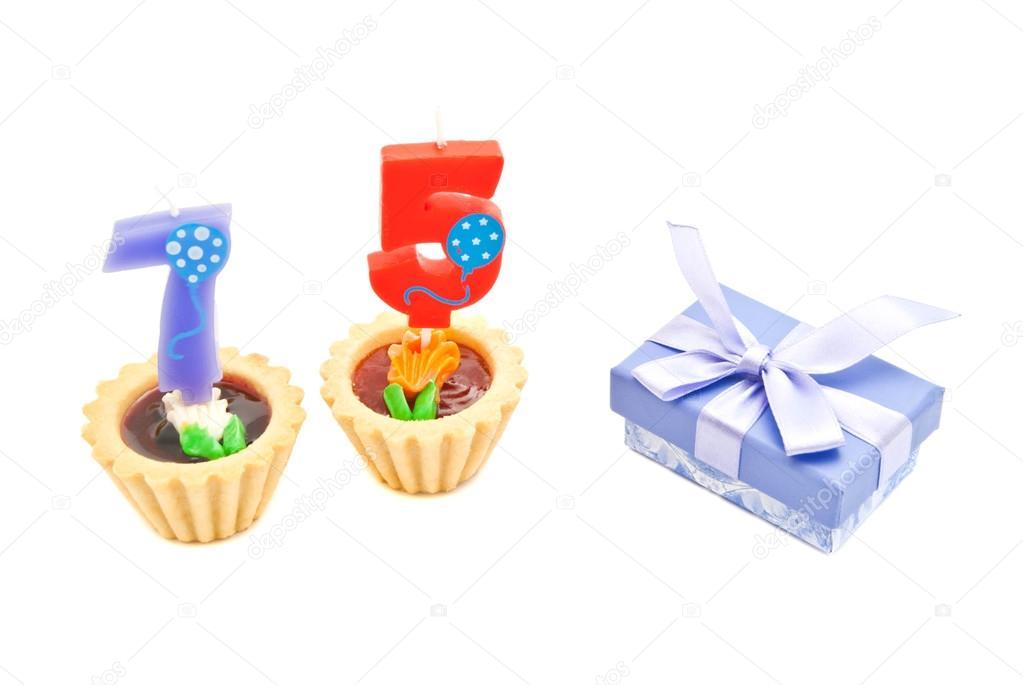 75 éves születésnapi ajándék sütemények, 75 éves születésnapi gyertyák és ajándék fehér — Stock  75 éves születésnapi ajándék