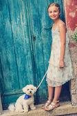 schöne Mode Mädchen mit maltesischem Hund
