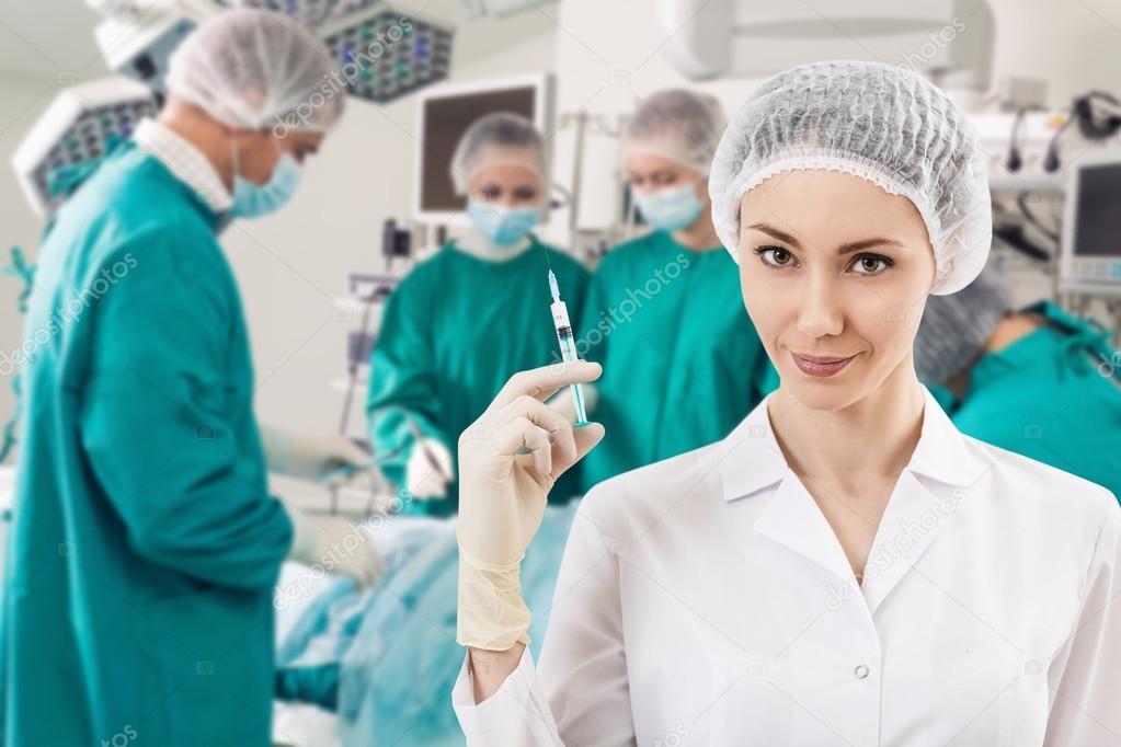 Anestesista con jeringa y cirugía vierte — Fotos de Stock © kotin ...