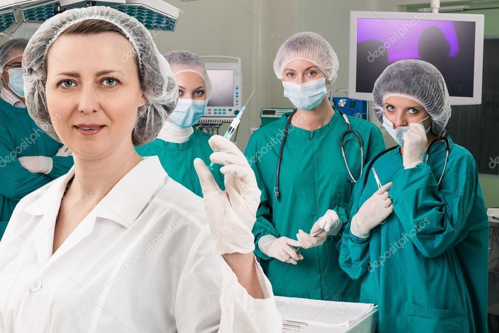 Anestesista con jeringa y cirugía vierte — Foto de stock © kotin ...