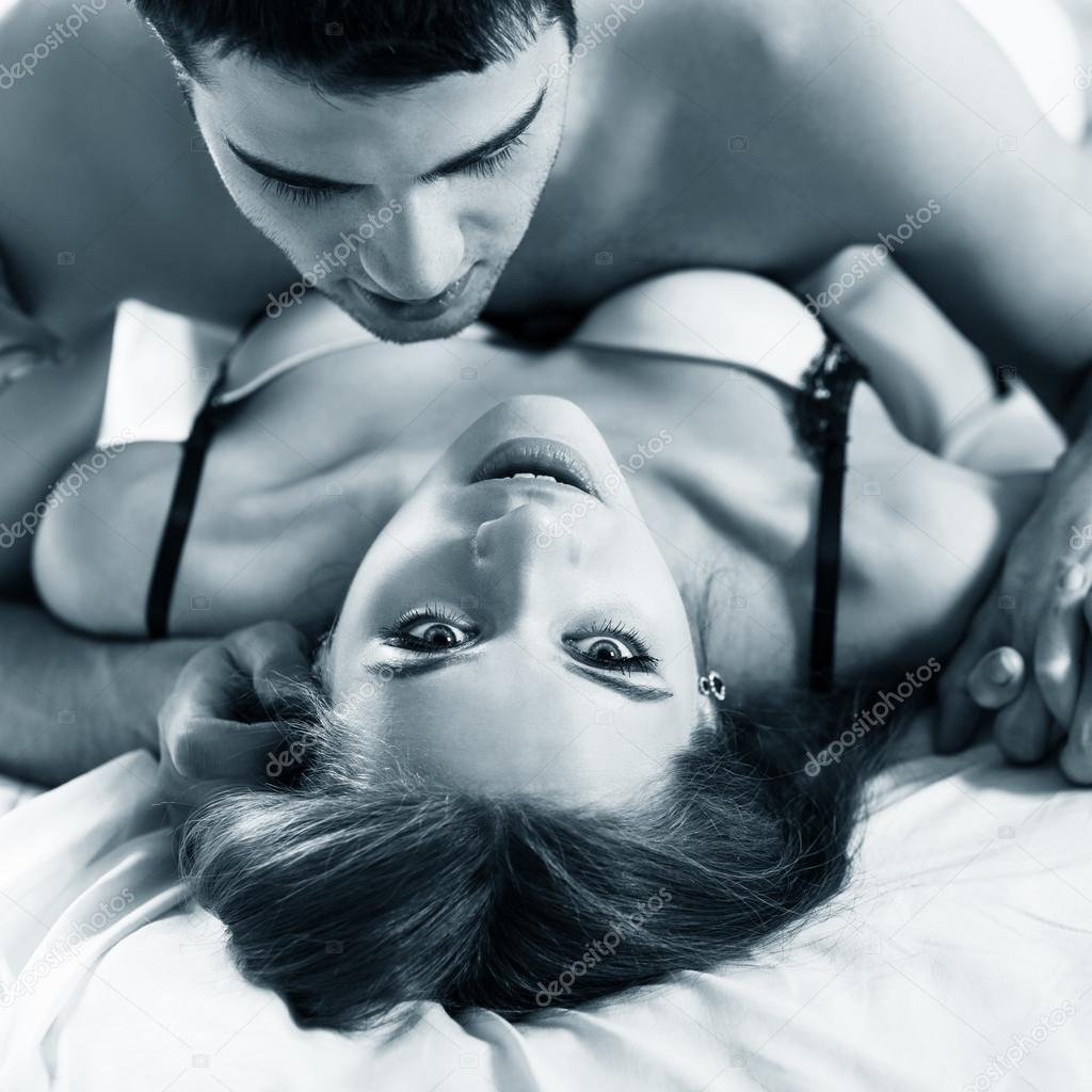Giovani coppie romantiche che abbracci e baci — Foto Stock © kotin ...
