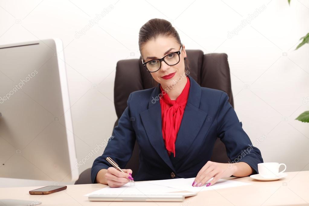 Joven Trabajando En Oficina