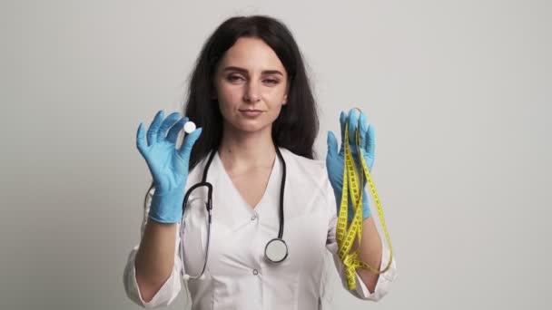 Ärztin im weißen Kittel mit wirksamer Abnehmpille