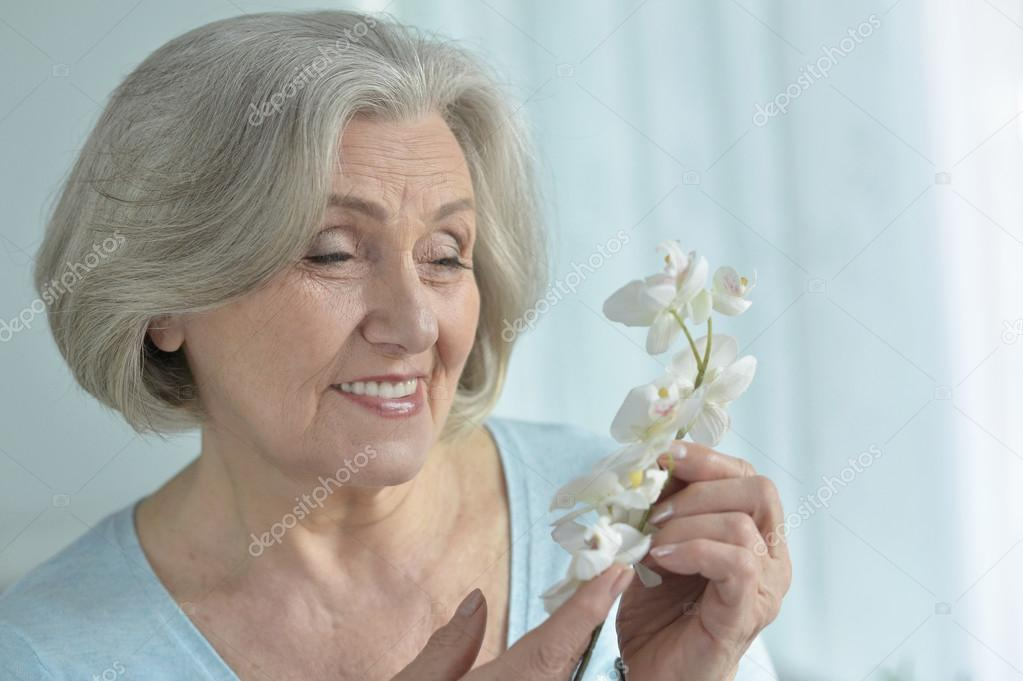 Donna maggiore con fiori che sbocciano foto stock for Fiori che sbocciano