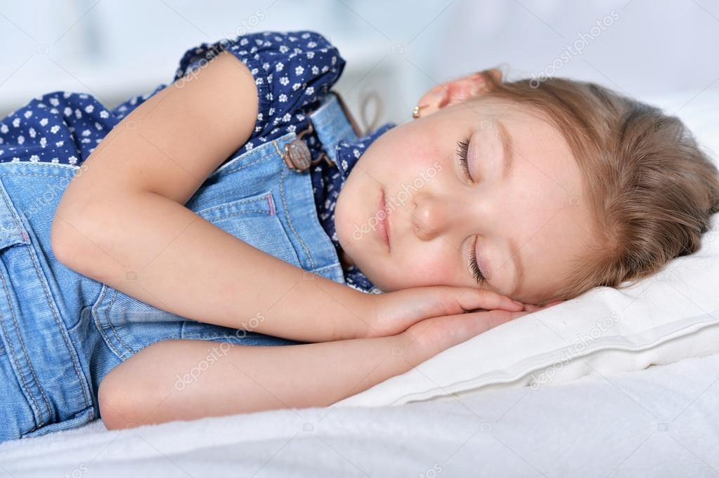 Картинки по запросу фото девочка спит