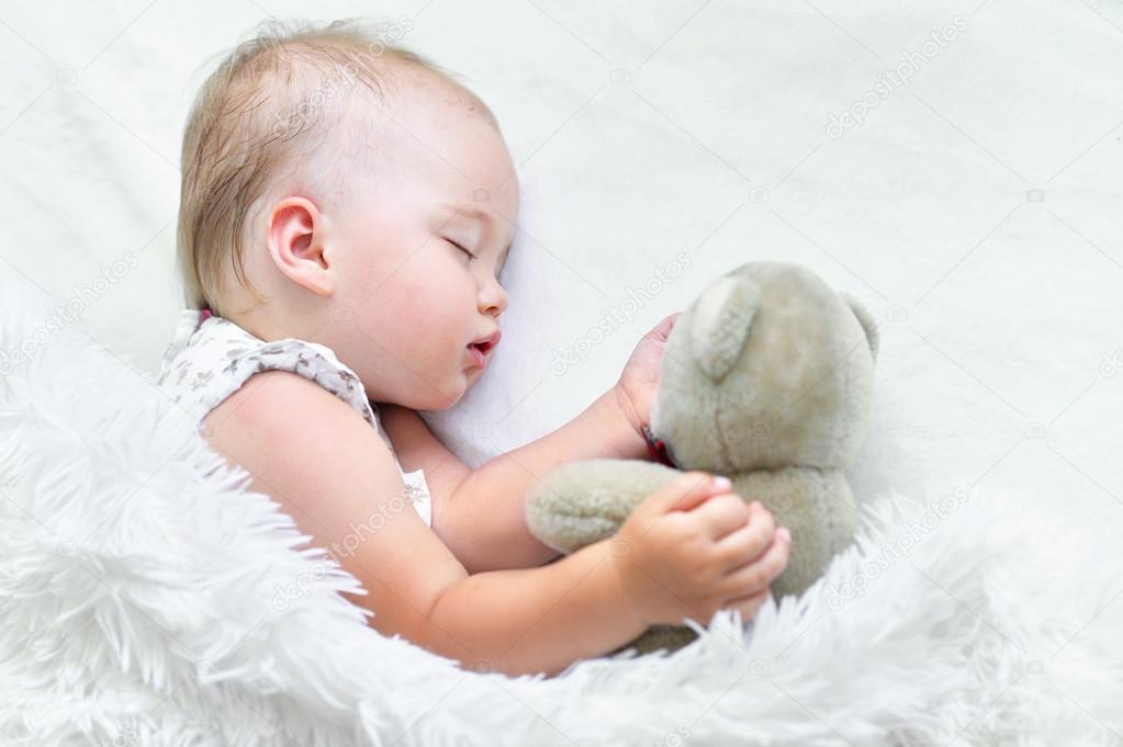 d4862508eb77 cute Sleeping baby girl — Stock Photo © aletia  120059356