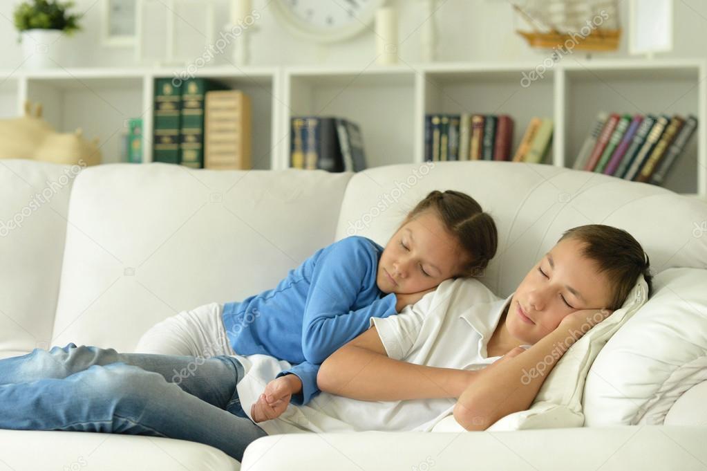 Спящая сестра брат