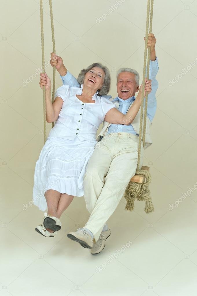 Beau couple de personnes g es sur la balan oire - Balancoire 1 personne ...