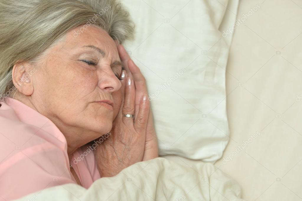 Mujer Bonita Madura Durmiendo  Foto De Stock  Aletia 65080409-6428