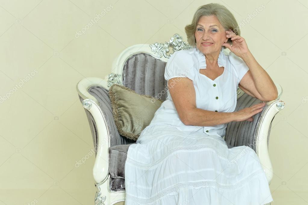 Femme Dge Mr Assis Sur Une Chaise Vintage  Photographie Aletia  74096901-6690