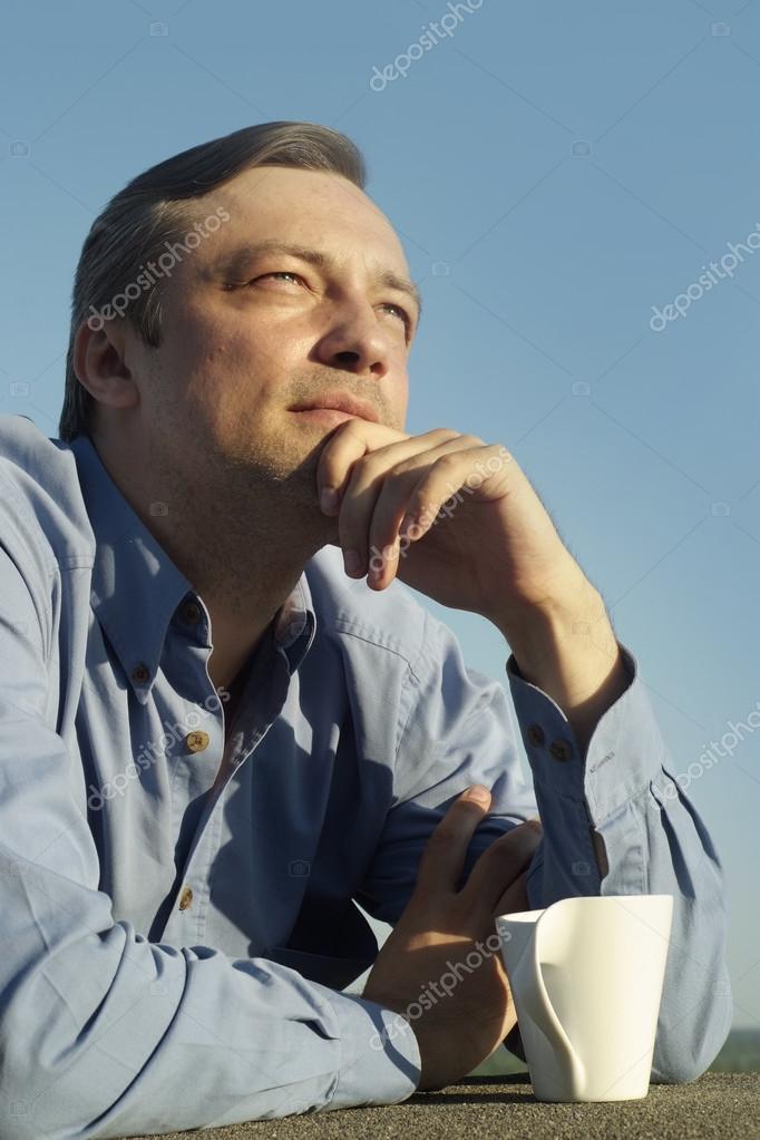 Mann mit Pokal Getränke auf Natur — Stockfoto © aletia #80702792