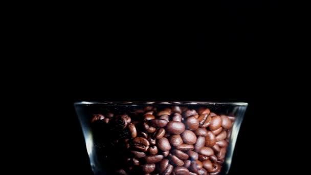 Zrna pražené kávy ve sklenici. Horizontální pohled
