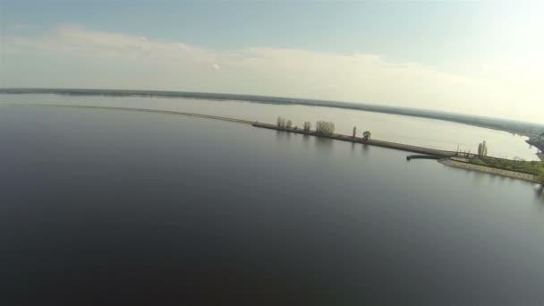 Panorama krásného jezera od nábřeží. Antény