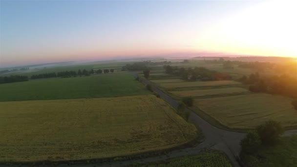 Východ slunce a pole z výšky. Anténa na šířku panorama