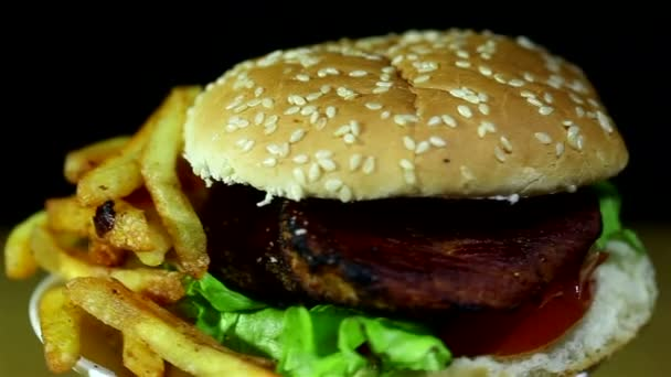 Hamburger, sült burgonya, rotációs közelről
