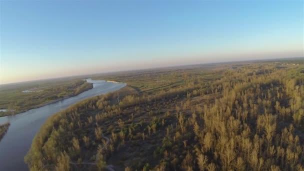 Ranní ticho řeka se sluncem. Letecké panorama pohled