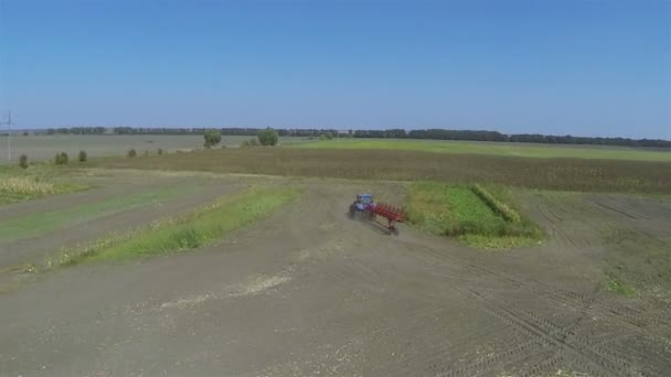 Let za zemědělský traktor v oboru. Antény