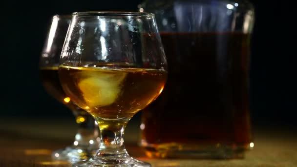 Cognac, brandy és a jég. Alkohol közelről