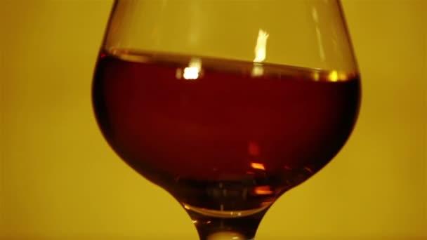Konyak, whisky, egy pohár