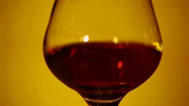 Konyak, whisky, egy pohár közelről