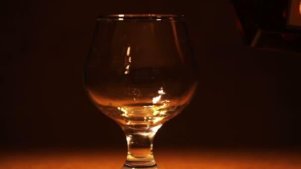 Arany cognac, brandy ömlött egy üveg