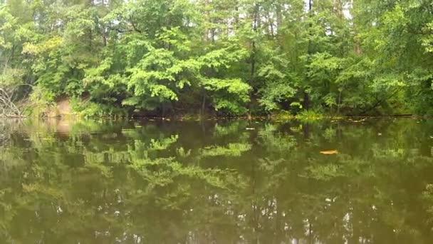podzimní krajina s jezerem