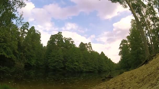 Podzimní krajina s vodou a obloha. Časová prodleva