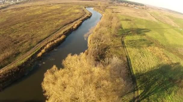 podzimní krajina s řekou