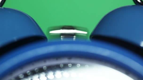 Klingeln klassischer Wecker, grüner Hintergrund, Nahaufnahme