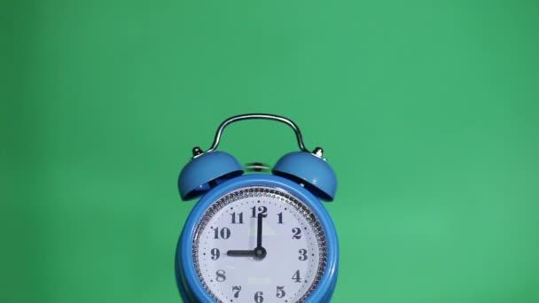 Klingeln klassischer Wecker, grüner Hintergrund, neun Uhr