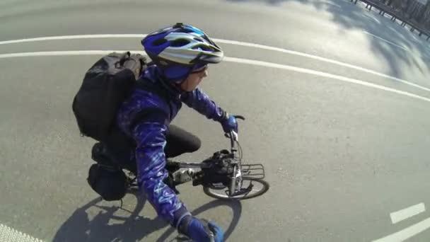 dospělý muž cyklista na silnici město. Pohled shora klip POV