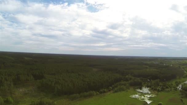 Přírodní panorama s řeky, jezera, dřevo z výšky. Antény