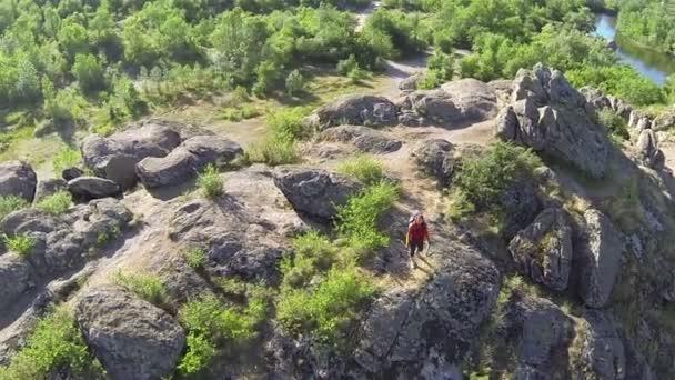 repülni lány természetjáró turisztikai hegyen. Légifelvételek