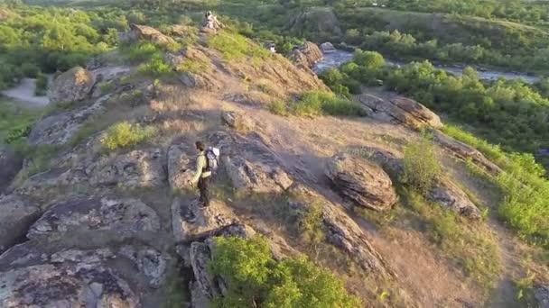 ember természetjáró turisztikai domb tetején állva repülni. légi
