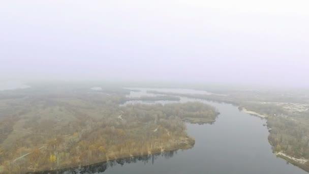 Pomalé podzimní létat v nízké výšce nad řeky, jezera. Mlžný den. Antény