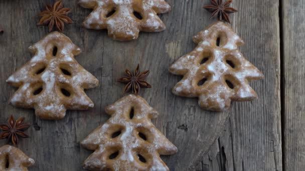 Karácsonyfa sütik fa háttér. Újévi kaja. Ánizs csillag. Ünnepi sütemények. Mézeskalács az asztalon.Jeges cukor édes íze szezonban.
